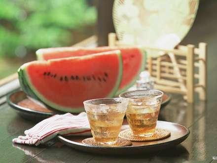 خوردن هندوانه وشربت درهوای گرم