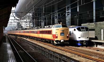 دوقطار در ایستگاه