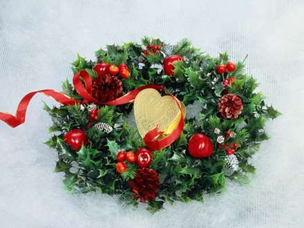 قلب طلایی درون حلقه کریسمس