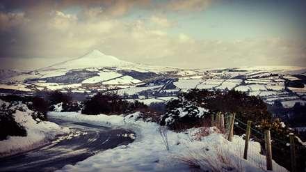 جاده ای میان کوهسستان برفی