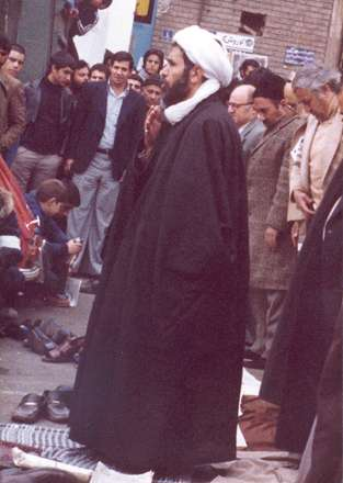 تصوير شهيد محمد مفتح در حال اقامه نماز جماعت در خيابان