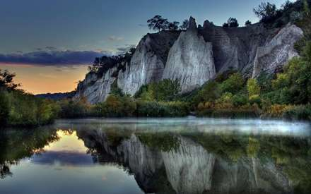 رودی میان کوه ها