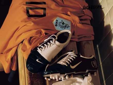 کفش و تی شرت نارنجی فوتبال