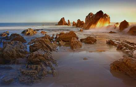 برخورد زیبای موج به صخره