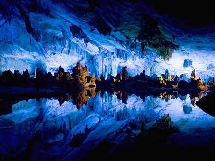 انعکاس غار سفید در آب