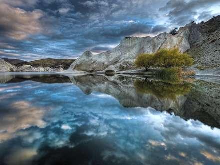 انعکاس طبیعت در دریاچه آبی