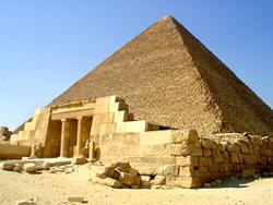 Пирамиду Хеопса на плато Гиза под Каиром строили изнутри
