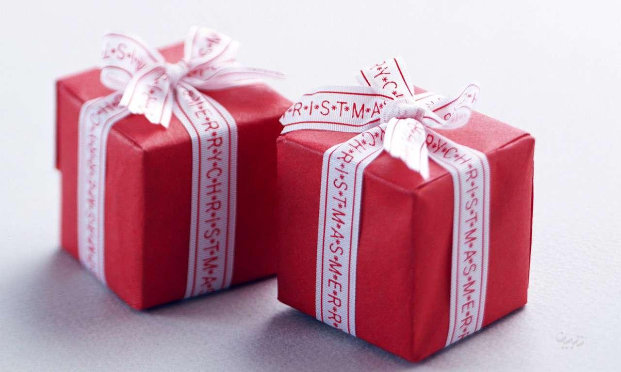 Image result for عکس جعبه کادو پر از گل رز سفید و قرمز