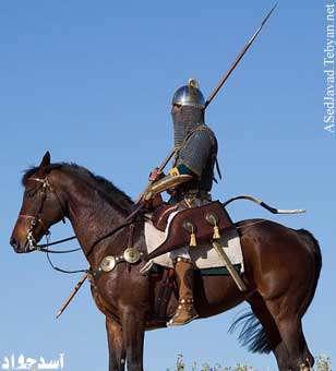 جوان كافري كه هم اسب داشت، هم شمشير اشت، هم نيزه داشت، هم سپر داشت، هم كلاهخود داشت و هم زره داشت