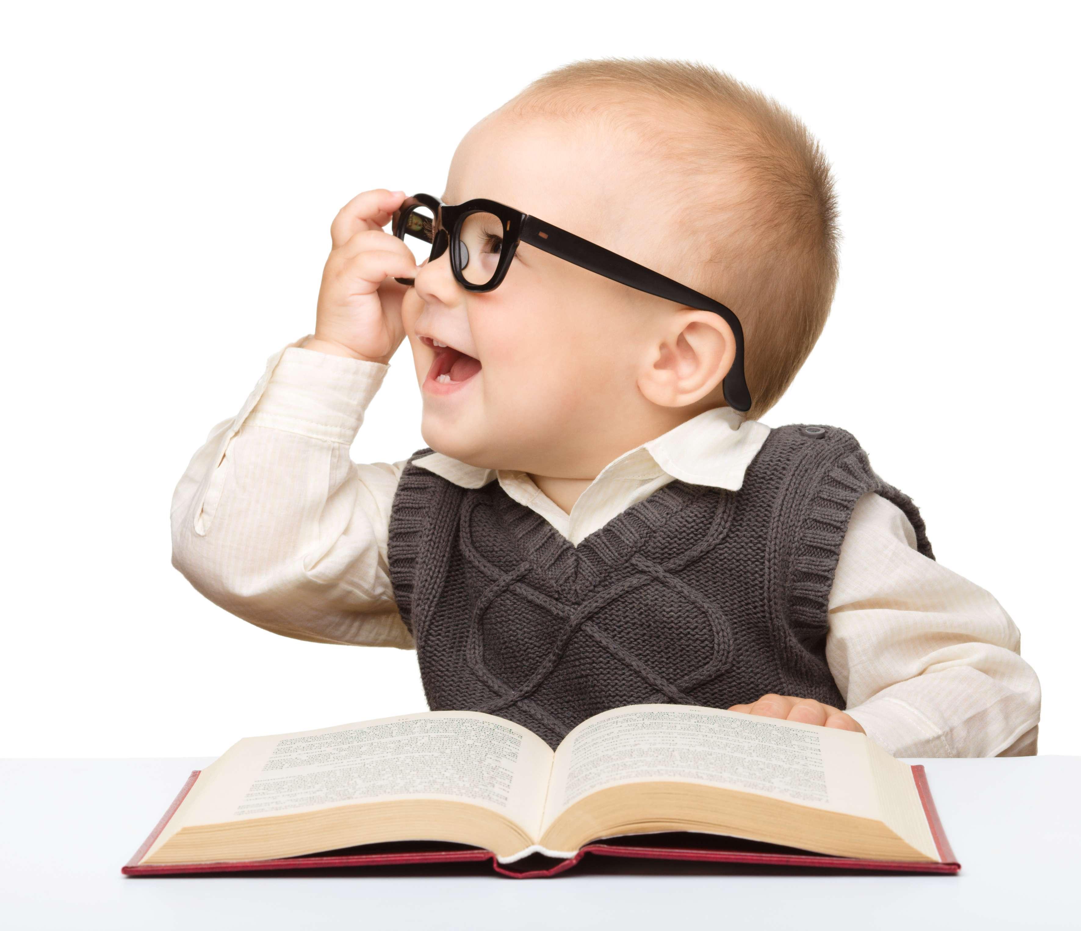 گیف خوردن دختر بچه ای در حال کتاب خواندن گنجینه تصاویر تبيان