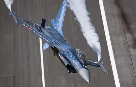 جنگنده ای درحال پرواز
