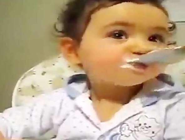 دختر بچه شیرین زبانی که دیدن دارد