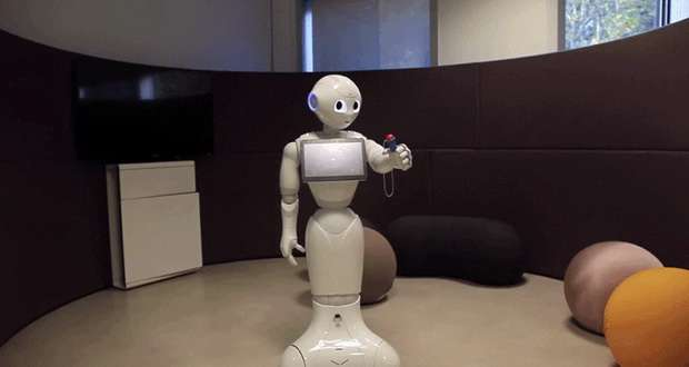 """ربات پپر (Pepper) میتواند بازی """"توپ و فنجان"""" را یاد بگیرد"""