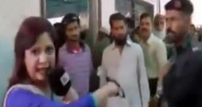 سیلی خوردن خبرنگار زن از پلیس هنگام پخش زنده!