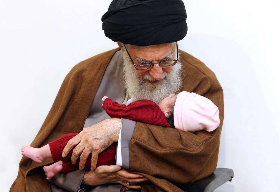 اذان و اقامه رهبرانقلاب در گوش نوزاد شهید مدافع حرم