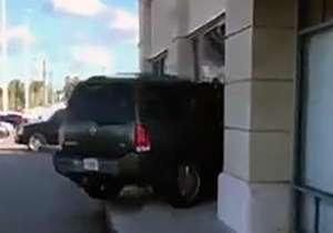 حمله جنون آمیز مشتری زن به یک مغازه
