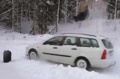 پرش اسکیباز از روی خودروی در حال حرکت