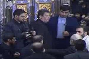 لحظه ورود مهدی هاشمی به داخل ضریح امام خمینی(ره)