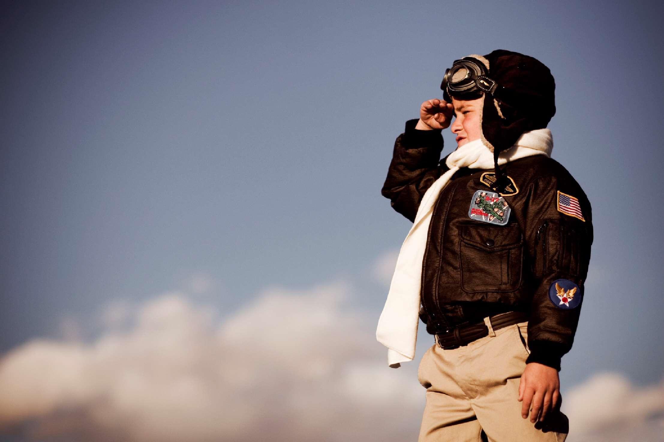 کودک شجاع در کابین خلبان