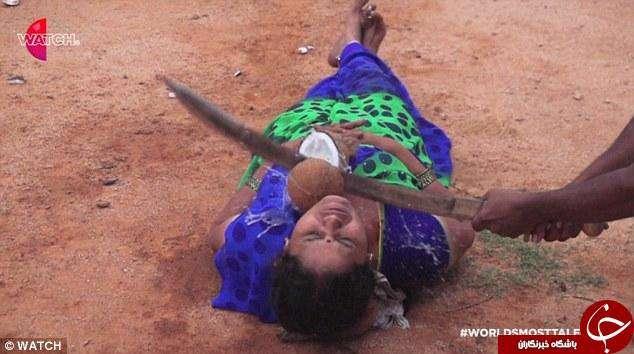 نمایش این مرد نفس را در سینه همسرش حبس میکند