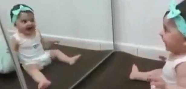 بازی کردن جالب و شیرین کودک خردسال با تصویر خودش در آیینه