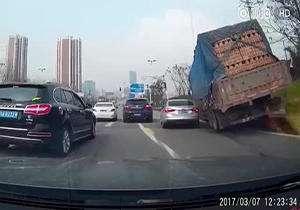 له شدن یک خودرو زیر بار کامیون
