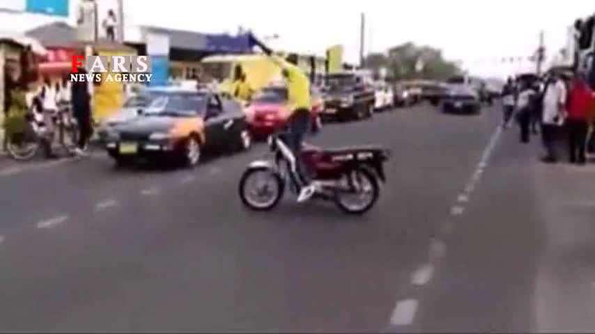 هنرنمایی فوقالعاده موتورسوار بدون استفاده از دست!