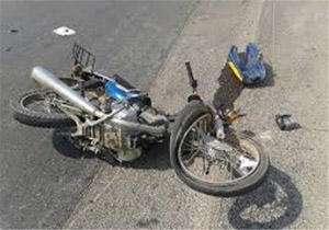 نصف شدن راننده موتور زیر چرخهای مینی بوس
