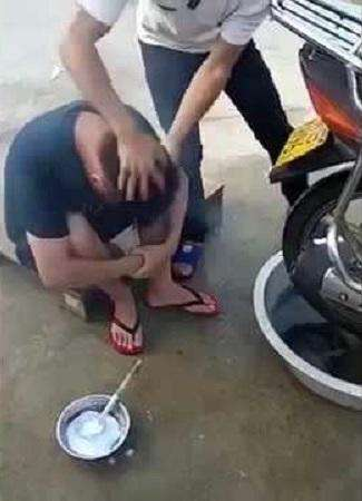 آرایشگری که از موتورسیکلت برای اصلاح سر مشتری استفاده می کند