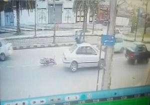 تصادف عجیب موتورسیکلت با سمند