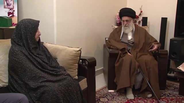 حضور رهبر انقلاب در منزل شهیدان امیدیان