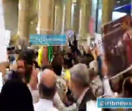 لحظه ورود خانواده 'شهید محسن حججی' به فرودگاه مشهد