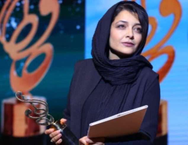 لحظه جایزه گرفتن «ساره بیات» در جشن حافظ
