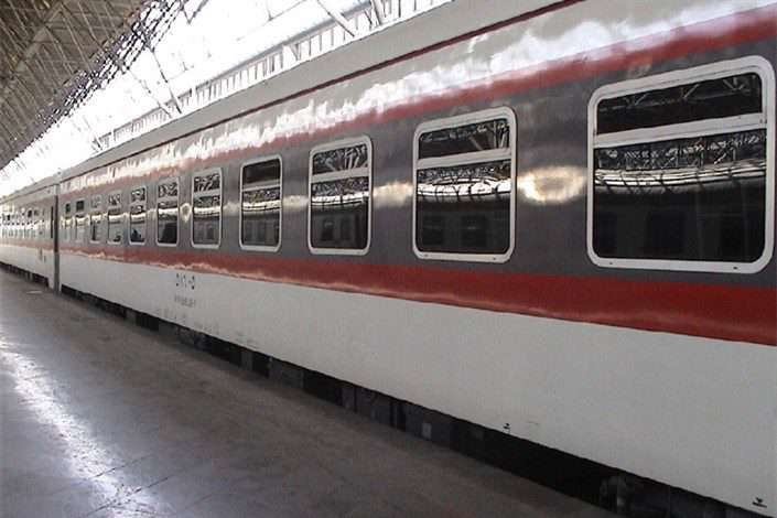 غافلگیری مسافران از ورود قطار به ایستگاه پر از آب!