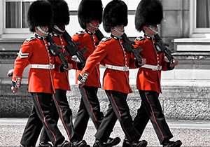 سوتیهای گارد سلطنتی انگلیس حین اجرای رژه