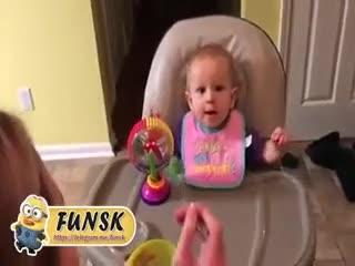 اولین باره به این بچه کلم بروکلی میدن فقط قیافشو :joy::joy: