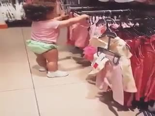 من چی بپوشم دخترا از همین سن شروع میشه :))