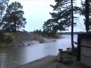 لحظه برخورد صاعقه با رودخانه