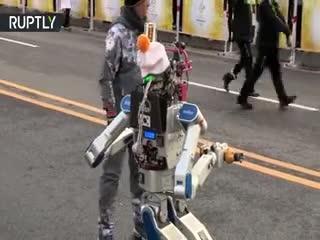 حمل مشعل المپیک توسط یک ربات