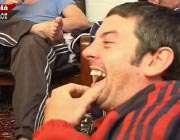تصویر نظامی انگلیسی در حال تماشای فوتبالو در حال خندیدن