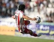 معدنچی بازیکن چپ پای سرخپوشان در حال زدن توپ