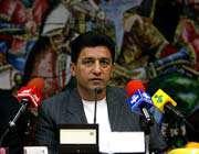سرمربی تیم ملی در حال پاسخگویی به سوالات خبرنگاران