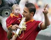 توتی به همراه پسرش در مقابل فوتبالدوستان