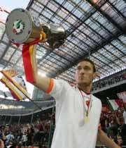 فرانچسکو توتی کاپیتان رم جام قهرمانی کوپا ایتالیا را در دست گرفت