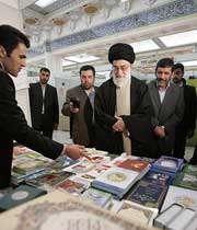 فیلم بازدید مقام معظم رهبری از نمایشگاه بینالمللی كتاب تهران