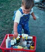 کودک در حال برداشتن مواد شوینده