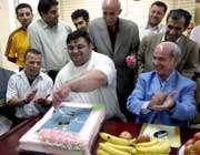 رضازاده در حال بریدن کیک تولد
