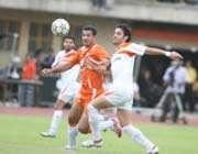 بازیکنان دو تیم در تلاش برای ربودن توپ