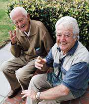 دو پیرمرد در حال سیگار کشیدن