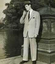 مردی در حال سیگار کشیدن